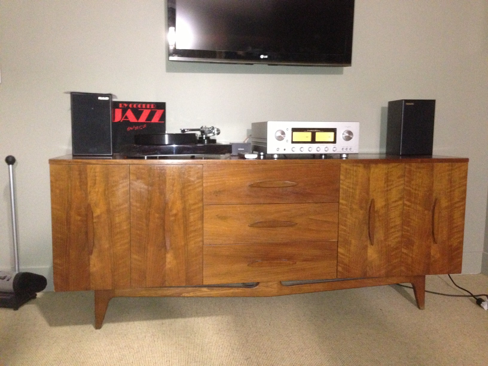 stereo system in Don Cheadle's bedroom