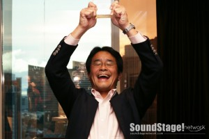 Tatsya Sueyoshi (Luxman) receives award from SoundStage for L-550Ax